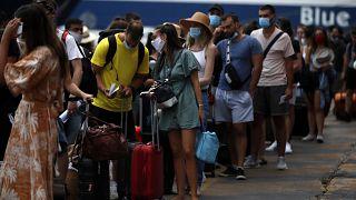 Yunanistan'ın Pire Limanı'nda feribot kuyruğunda bekleyene turistler