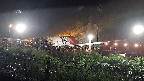 El avión partido en dos tras salirse de la pista de aterrizaje