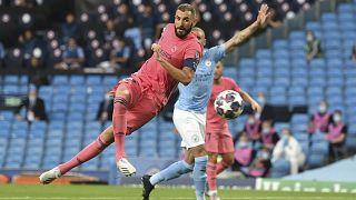 كريم بنزيمة لاعب ريال مدريد يسدد الكرة في ملعب مانشستر سيتي الجمعة 7 أغسطس 2020