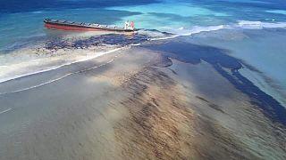 Morityus açıklarında petrol sızıntısı: Başbakan 'çevresel acil durum' ilan etti