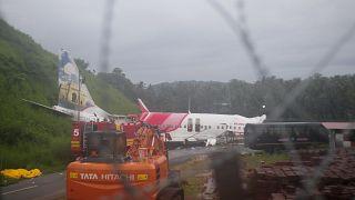 """الطائرة التابعة لشركة الطيران الهندية """"إير إنديا إكسبريس"""" خرجت عن المدرج خلال عملية الهبوط بسبب الأمطار الغزيرة"""