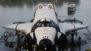 تصویری از فضاپیمای بوران، که در سال ۲۰۰۸ از طریق رود راین به موزهٔ فنی اشپیر آلمان برده میشود