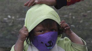Ekvador'da maske takan bir çocuk