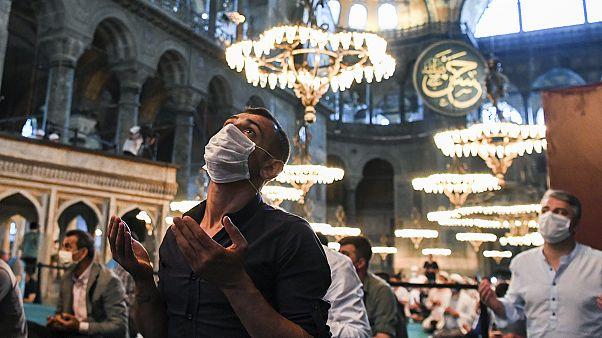 Ayasofya'da dua eden bir kişi