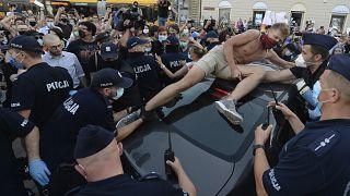 ناشط يعصد على متن سيارة اعتراضاً على توقيف مارغو