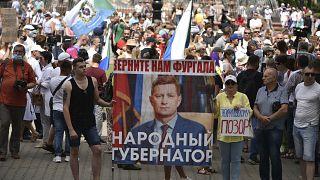 متظاهرون يحملون ملصقاً لصورة سيرغي فورغال حاكم المنطقة الموقوف