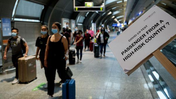 Указатели для пассажиров из зон с наибольшей эпидемической опасностью в аэропорту Франкфурта