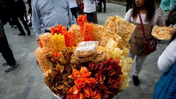 Egy utcai árus kínálata Mexikóvárosban