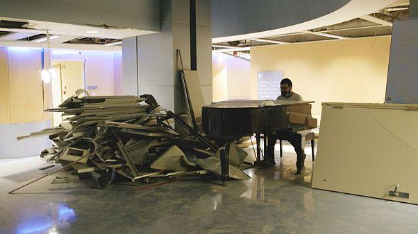 شاهد: مواطن لبناني يعزف على البيانو لمتطوعين يزيلون الأنقاض في مستشفى في بيروت