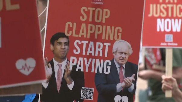 """Messaggio inequivocabile: """"Smettila di applaudire, comincia a pagare""""."""