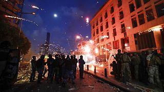 Rohamrendőrök oszlatják a kormány ellen tüntető tömeget Bejrútban