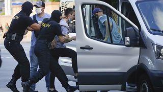 La policía detiene a un hombre en Minsk, Bielorrusia, el 8 de agosto de 2020.