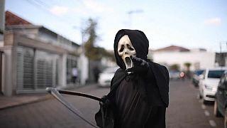 """Attori travestiti da """"Morte"""" si aggirano per il Brasile."""