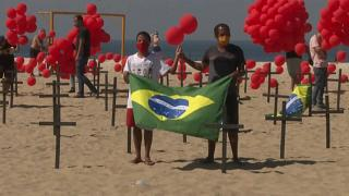 Mil globos rojos y cruces negras en la playa de Copacabana en memoria de las víctimas del Covid-19