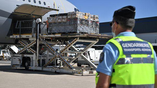 طائرة عسكرية فرنسية في مطار رواسي شمال باريس يتم تحميلها بمساعدات للبنان