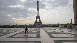 ساحة تروكاديرو أمام برج إيفل في باريس.