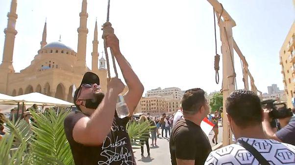 رفع متظاهرون مشانق رمزياً خلال احتجاجات الأمس