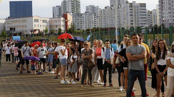 Lange Wartschlangen in Minsk