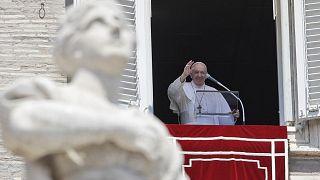 البابا فرنسيس في شرفته المطلة على ساحة القديس بطرس في الفاتيكان