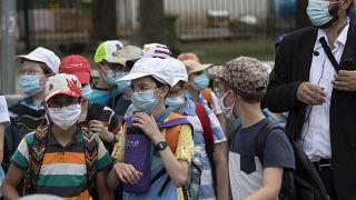 Maske giyen çocuklar