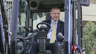 Cumhurbaşkanı Recep Tayyip Erdoğan yerli elektrikli ekskavatörü kullandı