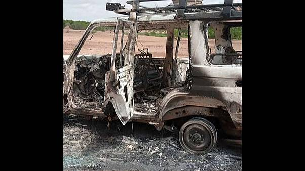 El vehículo en el que viajaban los turistas, calcinado por los atacantes tras matarlos