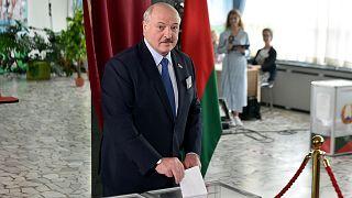 Alexandre Loukachenko votant à Minsk, à l'occasion de la présidentielle organisée au Bélarus, le 9 août 2020.