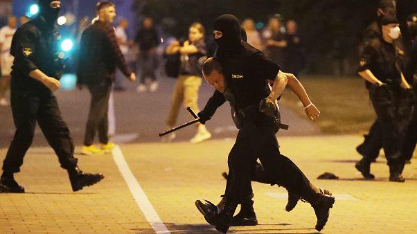 شرطة مكافحة الشغب في بيلاروسيا تعتقل أحد المتظاهرين