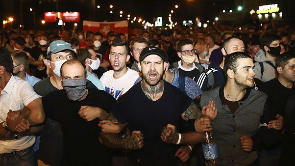 Los manifestantes se mantienen en fila durante una protesta después de las elecciones presidenciales en Minsk, Bielorrusia, el 9 de agosto de 2020.