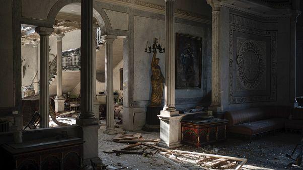 A Sursock-palota színes üvegablakai keretestül robbantak be az épületbe