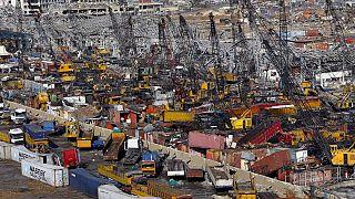 Camion e container distrutti a Beirut nella zona del porto fotografati il 10 agosto 2020. I leader mondiali hanno promesso quasi 300milioni di aiuti umanitari immediati