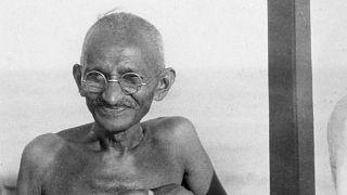غاندي مرتديا نظارته الشهيرة