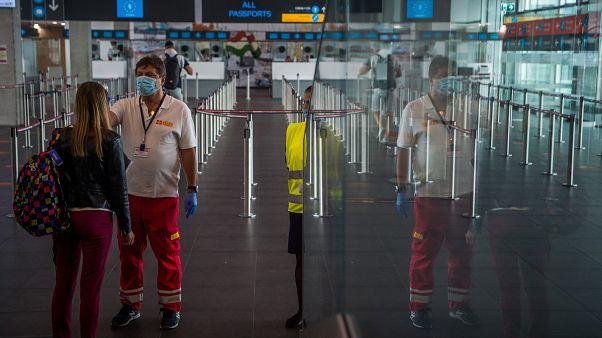 Érkező utas testhőmérsékletét mérik a Liszt Ferenc-repülőtéren 2020. július 17-én.