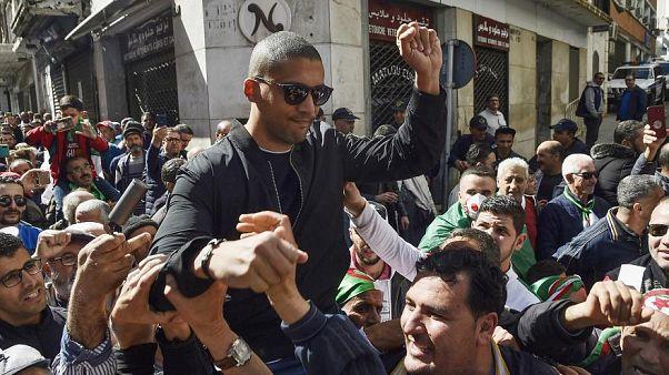 الصحفي خالد درادني محمولا على الأعناق خلال مظاهرة في الجزائر العاصمة