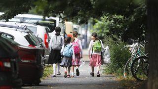 أطفال في العاصمة الألمانية برلين متوجهين  إلى مدارسهم في أول يوم للعام الدراسي 2021-2020