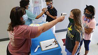A koronavírus-járvány idején gyerekeket tesztelnek Texasban