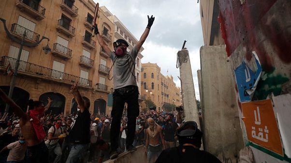 I manifestanti festeggiano l'annuncio delle dimissioni del governo, Beirut