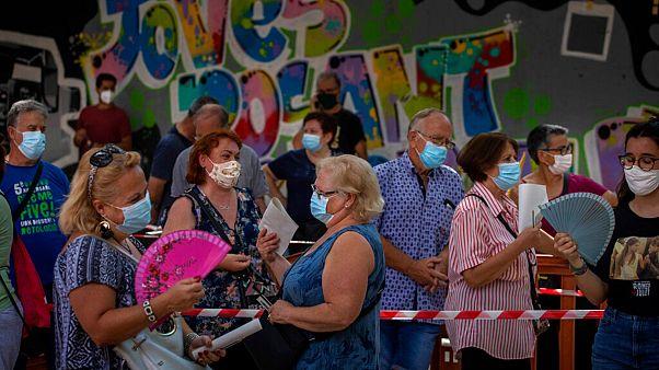 Gente espera su turno para una prueba PCR para el COVID-19, en Vilafranca del Penedés, en la provincia de Barcelona, España, el lunes 10 de agosto de 2020.