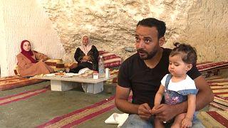 عائلة فلسطينية تقطن في كهف