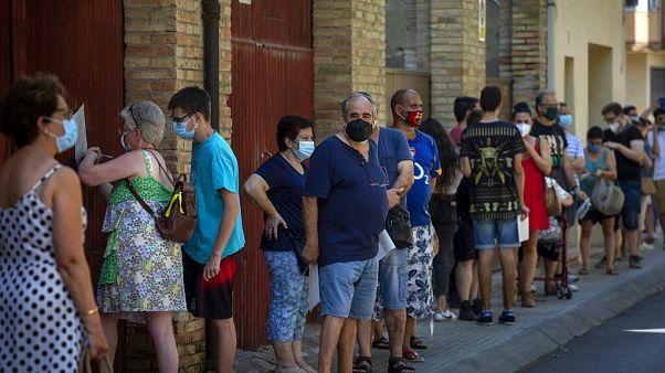 Varias personas esperan su turno para un test masivo de coronavirus en Vilafranca del Penedès (Barcelona)