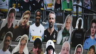 صور المشجعين في المدرجات، ملعب بوروسيا بارك لكرة القدم في مونشنجلادباخ، غرب ألمانيا، 19 مايو 2020