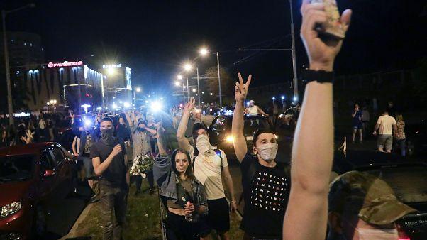Decenas de personas se reúnen durante una protesta masiva tras las elecciones presidenciales en Minsk, Bielorrusia, el 10 de agosto de 2020.