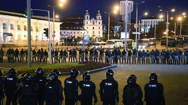 Bélarus : la police disperse de nouvelles manifestations, un mort