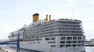 """سفينة الرحلات البحرية """"كوستا ديليزيوزا"""" في ميناء جنوة بإيطاليا"""