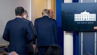 دونالد ترامپ در زمان خارج شدن ناگهانی از نشست خبری