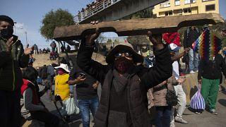 Manifestantes en medio de la pandemia COVID-19 protestan por el aplazamiento de las próximas elecciones presidenciales en El Alto, Bolivia, el 10 de agosto de 2020.