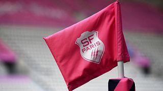Le logo de Stade Français sur un poteau de touche dans son antre du club de rugby parisien, le stade Jean-Bouin, le 11 juin 2020