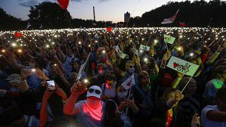 Tömeg az ellenzéki jelölt választási gyűlésén