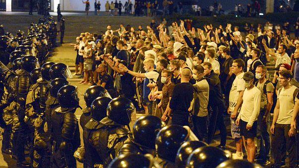Una multitud discute con la policía después de las elecciones presidenciales de Bielorrusia