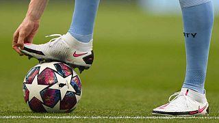 Un giocatore del Manchester City si riscalda prima di un match di Champions League